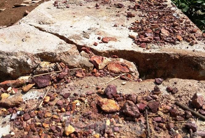 """Công trình kè chống sạt lở giá trị tiền tỷ nhưng nét vỡ toang hoác, nứt gãy kết cấu bê tông hết sức bất thường, không còn khả năng """"chống sạt lở"""" chỉ sau 3 tháng xây dựng"""