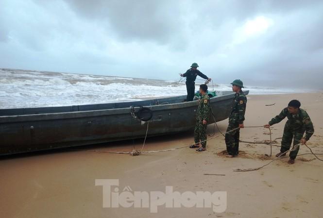 Tàu thuyền không có người lại dạt vào vùng bờ biển Lăng Cô, TT-Huế.