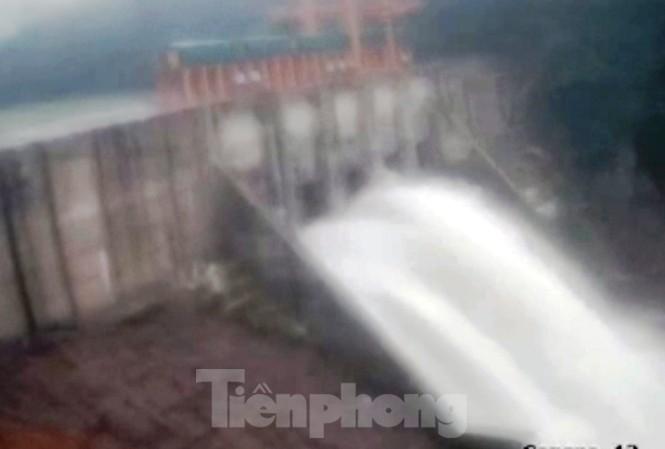 Thủy điện Thượng Nhật đã chấp hành mở 5 cửa van xả nước phòng lũ thời điểm bão số 13 sắp đổ bộ.