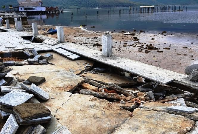 Đường phía đông đầm Lập An (TT-Huế) không phải tuyến giao thông ven biển. Công trình bị đánh vỡ tan nát chỉ do các đợt sóng đầm phá, không mạnh như sóng biển.