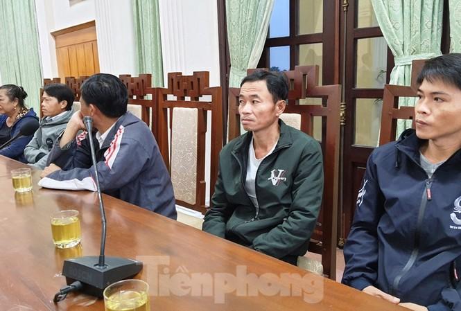 Người nhà nạn nhân sạt lở tại Rào Trăng 3 mong sớm tìm được người thân mất tích, đưa về với gia đình.