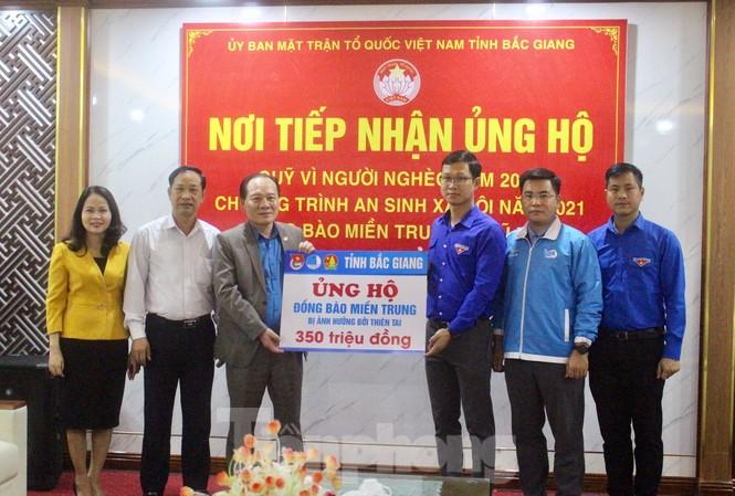 Tỉnh Đoàn, Hội LHTN tỉnh Bắc Giang trao tiền ủng hộ cho Ủy ban MTTQ tỉnh Bắc Giang