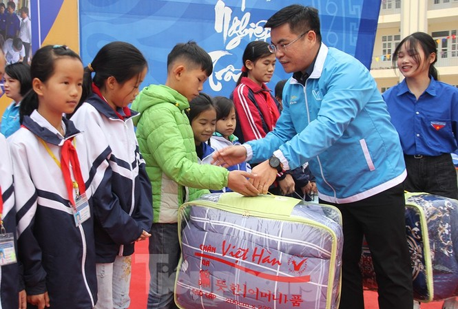 Anh Nguyễn Hữu Thống, Phó Chủ tịch Thường trực  Hội LHTN tỉnh Bắc Giang tặng quà cho thiếu nhi khó khăn