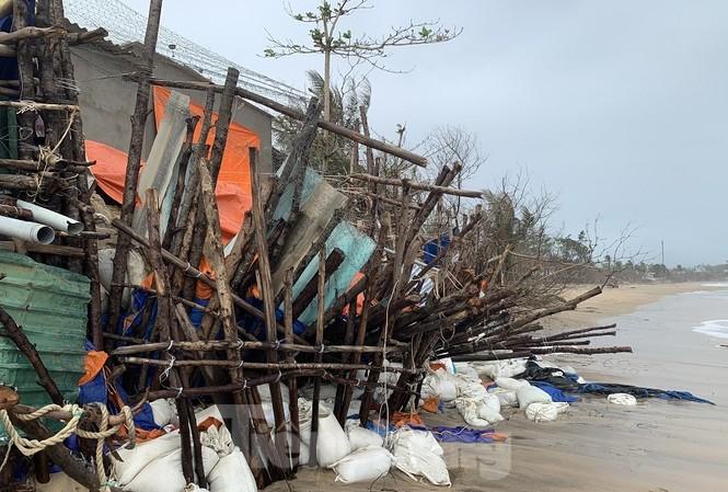 Người dân vùng ven biển ở Quảng Ngãi bất an vì biển xâm thực mạnh. Ảnh: Nguyễn Ngọc