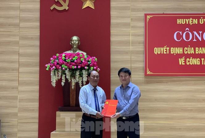 Ông Đặng Ngọc Huy, Phó Bí thư Tỉnh ủy Quảng Ngãi (phải), trao quyết định chuẩn y chức danh Bí thư Huyện ủy Lý Sơn cho ông Nguyễn Quốc Việt. Ảnh: Nguyễn Ngọc