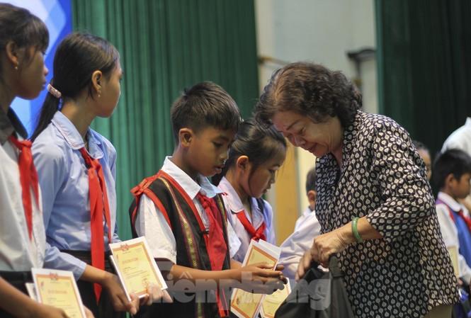 Bà Trương Mỹ Hoa trao tặng học bổng cho các cháu học sinh. Ảnh: Trương Định