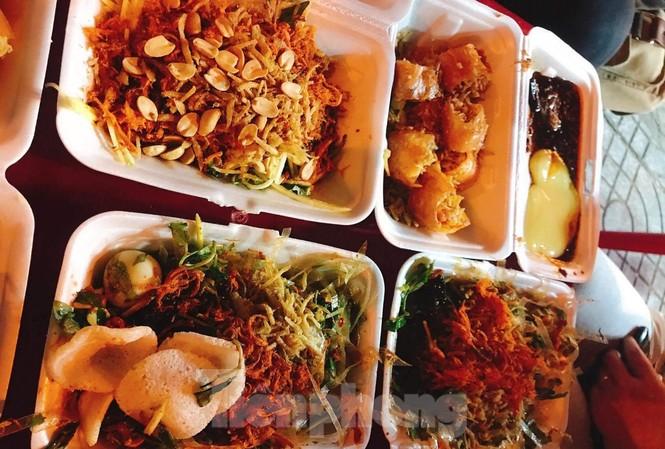 6 người lần lượt nhập viện với các biểu hiện nghi ngộ độc thực phẩm như sốt, nôn, đau bụng... sau khi ăn bánh tráng trộn tại một quán hàng rong trên địa bàn quận Hải Châu (Đà Nẵng)