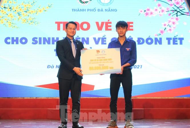 Trong dịp Tết Nguyên Đán Tân Sửu, Thành Đoàn Đà Nẵng tặng 300 vé xe để các bạn đoàn viên, thanh niên và sinh viên về quê đón Tết