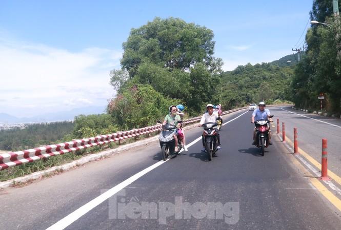 Du khách lên tham quan bán đảo Sơn Trà bằng xe máy. Ảnh: Nguyễn Thành