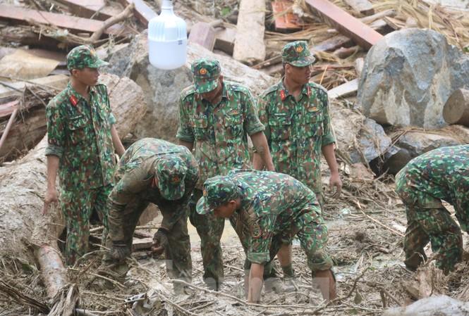 Cán bộ chiến sĩ quân khu 5 tìm kiếm người mất tích tại Trà Leng, Nam Trà My, Quảng Nam. Ảnh: Nguyễn Thành