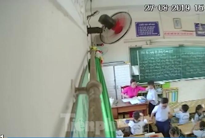 Hình ảnh cô giáo H đánh học sinh bị phụ huynh đặt camera quay lại