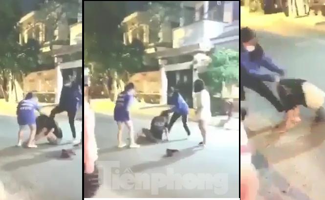 Hình ảnh hai học sinh trường THCS- THPT Phạm Ngũ Lão, quận Gò Vấp dùng mũ bảo hiểm đánh nữ sinh cùng trường  diễn ra hồi tháng 10