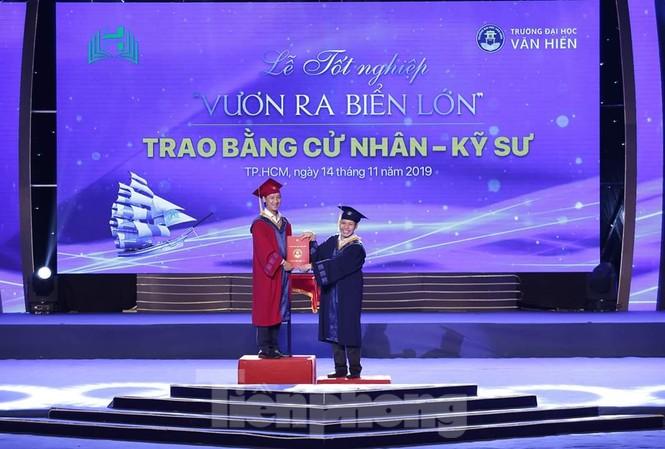 Nam sinh Phan Tích Thiện nhận bằng cử nhân trong niềm vui của gia đình, bạn bè