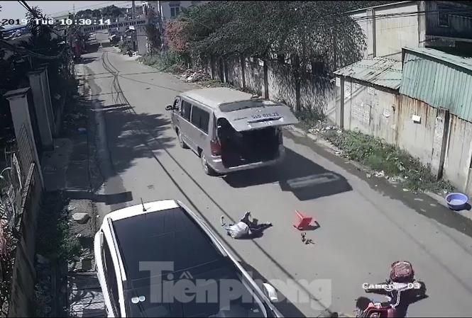 Hình ảnh 3 em học sinh bị văng ra khỏi chiếc xe (ảnh chụp lại từ clip)