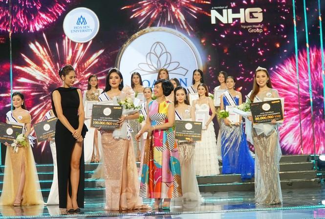 Các thí sinh tham gia đêm chung kết Nét đẹp sinh viên HSU 2020