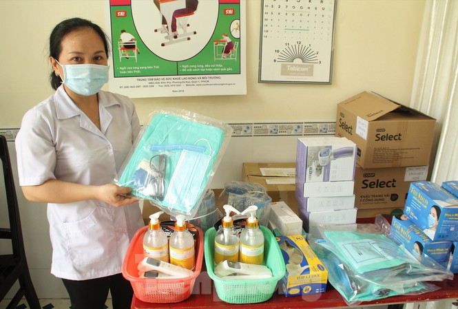 Nhân viên y tế của Trường THPT Nguyễn Du, quận 10 kiểm tra các trang thiết bị y tế phục vụ cho kỳ thi