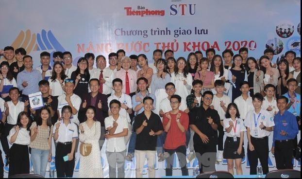 Các tân thủ khoa nhận học bổng giao lưu tại Trường ĐH Công nghệ Sài Gòn