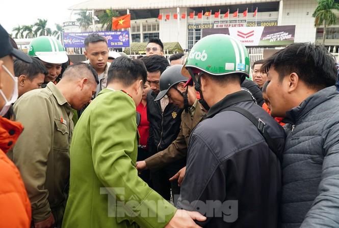 Cảnh sát bắt quả tang đối tượng bán vé giả trước sân Mỹ Đình trưa 19/11.