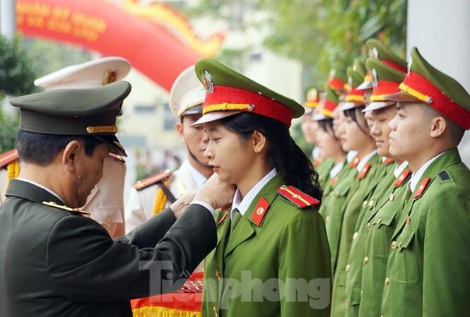 Thứ trưởng Nguyễn Văn Sơn gắn quân hàm cho tân sĩ quan Học viện Cảnh sát.