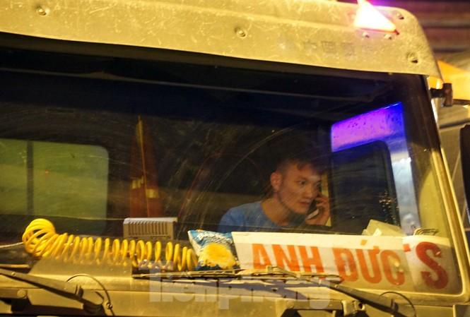 Bị CSGT dừng, tài xế xe 'hổ vồ' gọi điện cầu cứu... người thân