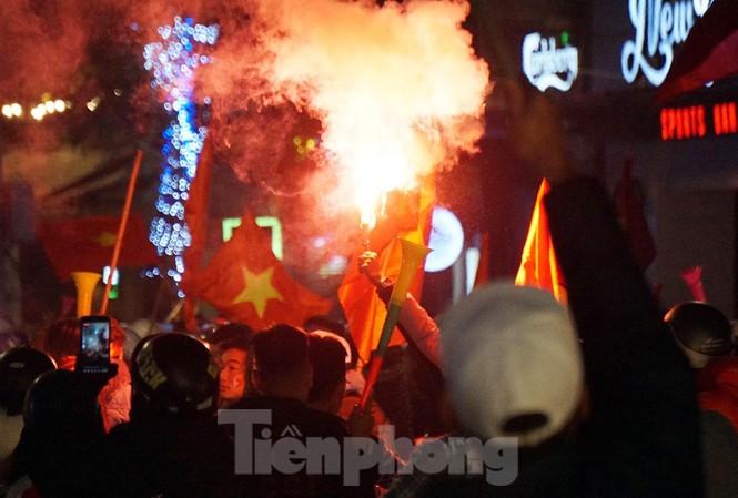 CĐV đốt pháo trên phố tối 10/12 trên địa bàn quận Hoàn Kiếm.