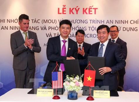 Thiếu tướng Nguyễn Minh Chính ký kết hợp tác với Microsoft.