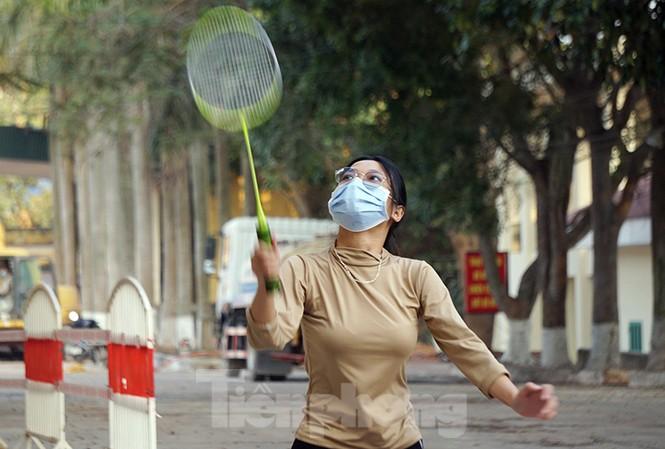 Thiếu nữ chơi cầu lông, rèn luyện sức khỏe trong khu cách ly ở Hải Phòng.