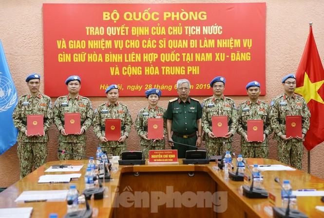 Thượng tướng Nguyễn Chí Vịnh trao quyết định của Chủ tịch nước cho 7 sĩ quan đi làm nhiệm vụ gìn giữ hoà bình Liên hợp quốc, sáng 28/6