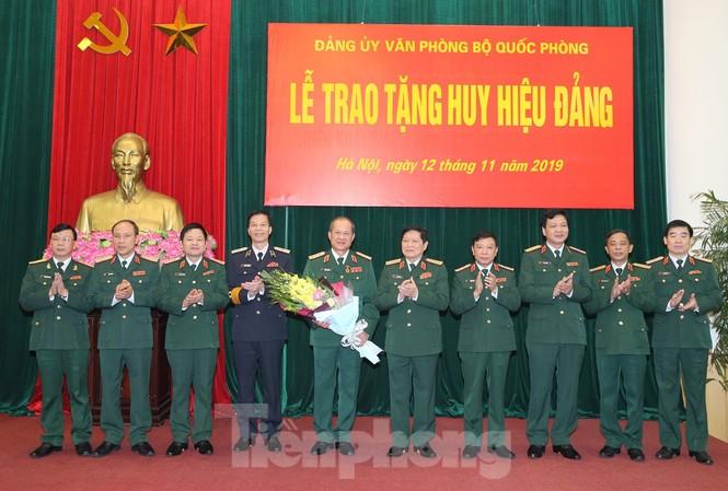 Lãnh đạo Bộ Quốc phòng, Tổng cục Chính trị và Bộ Tổng tham mưu QĐND Việt Nam chúc mừng các sĩ quan cao cấp được trao tặng Huy hiệu 40 năm và 30 năm tuổi Đảng