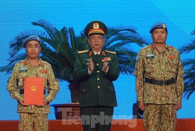 Thượng tướng Nguyễn Chí Vịnh trao Quyết định của Chủ tịch nước cho BVDC 2.2 đi Nam Sudan gìn giữ hoà bình, sáng 13/11