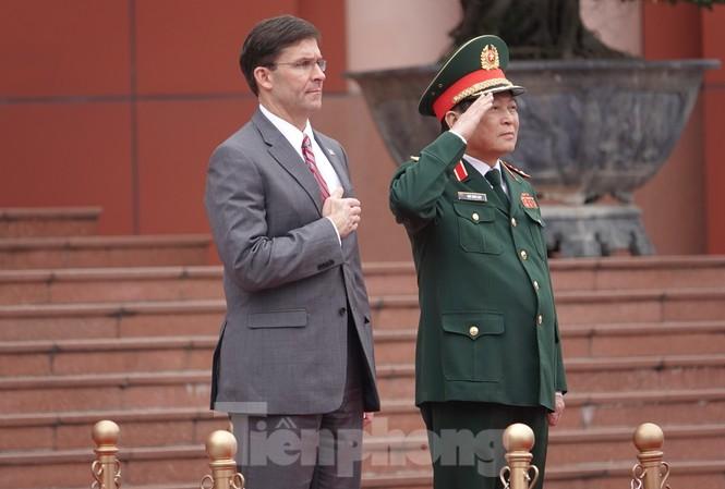 Bộ trưởng Quốc phòng Việt - Mỹ thực hiện nghi lễ chào cờ tại trụ sở Bộ Quốc phòng Việt Nam, sáng 20/11. Ảnh: Nguyễn Minh