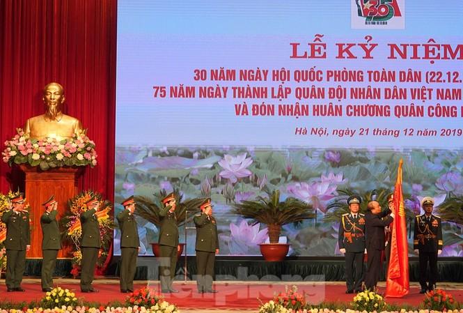 Tại lễ kỷ niệm, Thủ tướng Nguyễn Xuân Phúc đã trao tặng Huân chương Quân công Hạng nhất cho Quân đội nhân dân Việt Nam