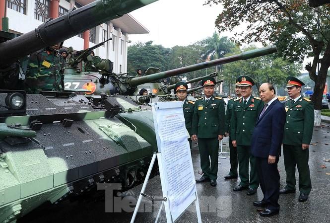 Thủ tướng Nguyễn Xuân Phúc tham quan khu vực trưng bày xe tăng tại Bộ Quốc phòng, sáng 21/12