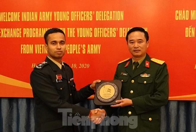 Trưởng đoàn sĩ quan trẻ Ấn Độ trao tặng quà lưu niệm cho Trưởng đoàn sĩ quan trẻ Việt Nam