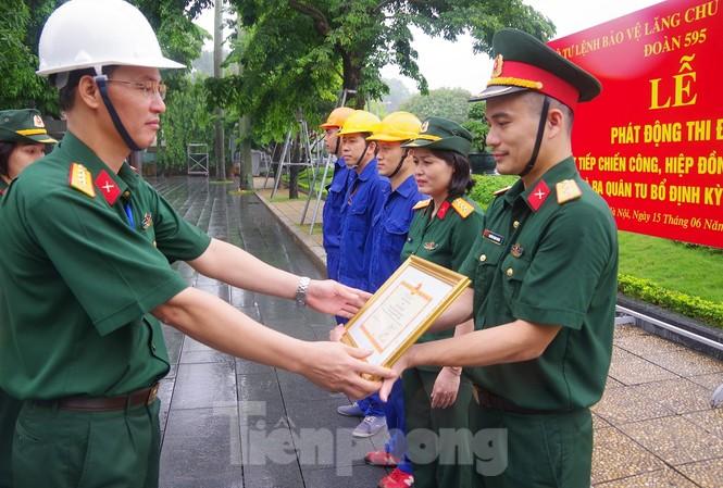 Lãnh đạo Đoàn 595 trao thưởng cho các tập thể, cá nhân tiêu biểu tai lễ phát động thi đua