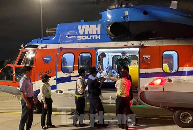 Các lực lượng của Quân đội đưa ngư dân Lê Văn Dũng đi cứu chữa sau khi hạ cánh xuống sân bay Tân Sơn Nhất