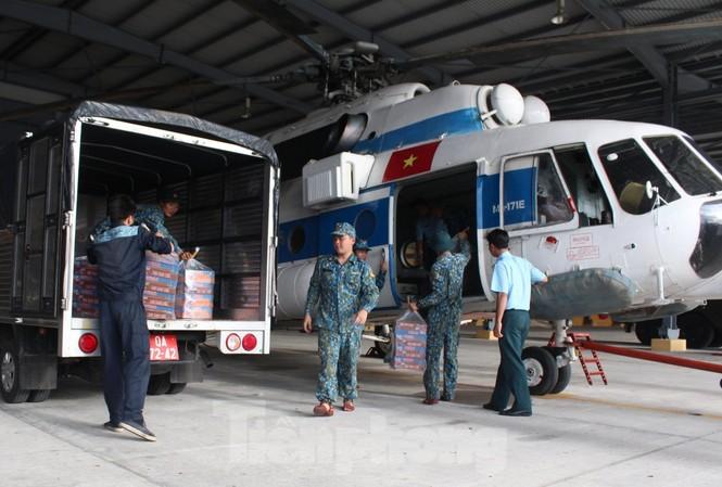 Bộ đội Không quân vận chuyển gạo, nhu yếu phẩm cho người dân bị cô lập ở Phước Sơn, Quảng Nam