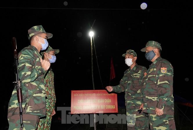 Bộ đội Biên phòng chốt chặn ngăn dịch COVID-19 trên tuyến biên giới phía Bắc. Ảnh: Nguyễn Minh