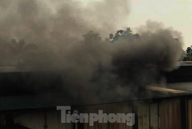 Ngoài dầu thải, Cty gốm sứ Thành Hà còn xả ra môi trường khói bụi có mùi khét.