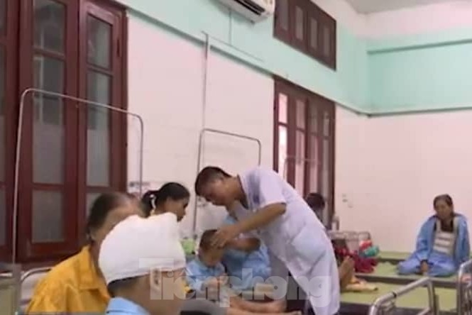 2 cháu nhỏ bị bố đánh vẫn đang được điều trj tại Bệnh viện Đa khoa tỉnh Thái Bình - Ảnh: Hoàng Long