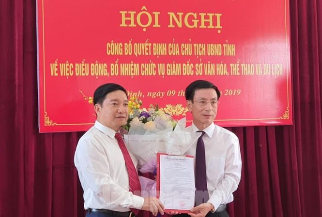 Chủ tịch UBND tỉnh Nam Định (bên phải) công bố quyết định bổ nhiệm Giám đốc Sở VH-TT và DL - Ảnh: Hoàng Long