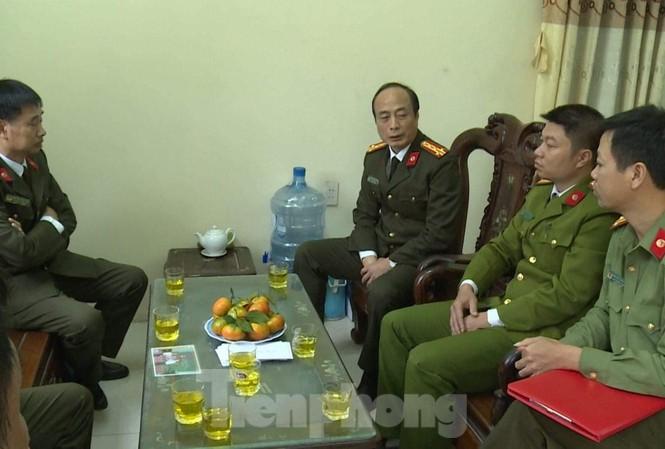 Thiếu tá Đỗ Đặng Trung (áo vàng, ngồi giữa bên phải) đang điều trị phơi nhiễm HIV - Ảnh: Hoàng Long