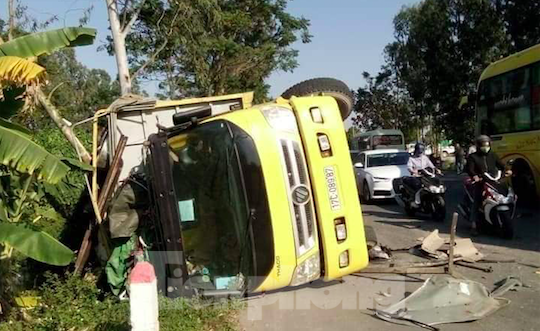 Vụ va chạm khiến xe tải bị lật nghiêng trên đường - Ảnh: Hoàng Long
