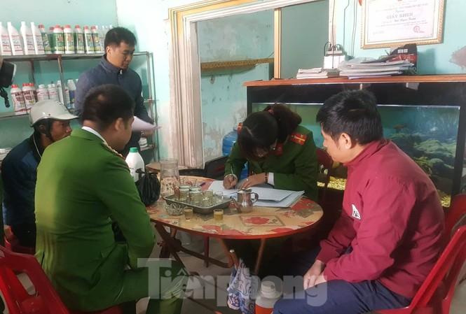 Cảnh sát môi trường Nam Định lập biên bản quả tang vụ bán hoá chất cấm - Ảnh: Hoàng Long