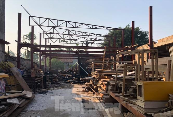 Đám cháy được khoanh vùng kịp thời, không lan sang toàn bộ xưởng gỗ rộng hơn 200 m2 - Ảnh: Hoàng Long