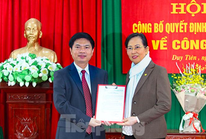 Bí thư Tỉnh uỷ Hà Nam trao quyết định cho tân Bí thư Huyện uỷ Duy Tiên - Ảnh: Hoàng Long