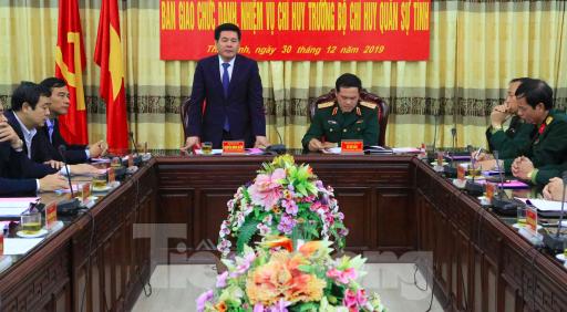 Tư lệnh Quân khu 3 và Lãnh đạo tỉnh Thái Bình chủ trì hội nghị bàn giao chức danh quân đội - Ảnh: Hoàng Long