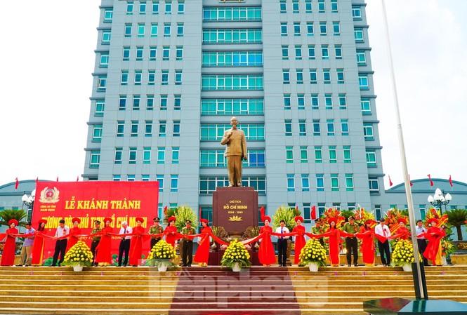 Cắt băng khánh thành tượng đài Chủ tịch Hồ Chí Minh tại Công an tỉnh Nam Định - Ảnh: Hoàng Long