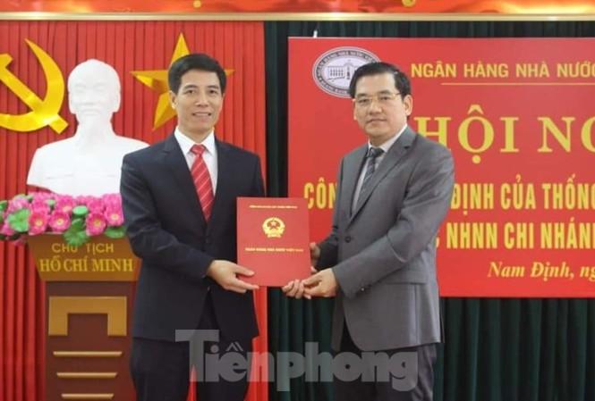 Đại diện NHNN VN trao quyết định bổ nhiệm cho tân Giám đốc NHNN Chi nhánh tỉnh Nam Định Đặng Văn Kim - Ảnh: Hoàng Long