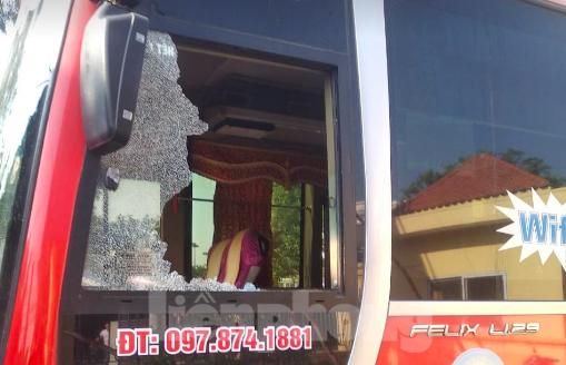 Các đối tượng khai nhận đã ném đá làm vỡ cửa kính của xe Minh Lập - Ảnh: Hoàng Long